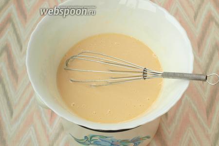 Поставить смесь на водяную баню и мешать 7 минут. Затем всыпать соду и продолжать мешать до появления пены.