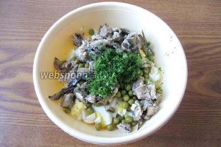 Свежий укроп помыть, обсушить и нарезать. Добавить в салат.