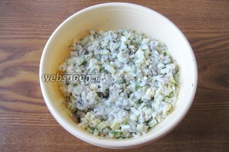 Перемешать все ингредиенты салата.