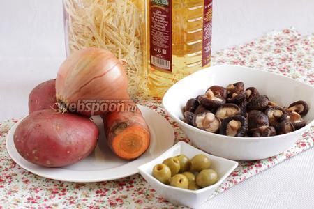 Для грибного супа возьмём все продукты по списку.  Обычно грибной суп подразумевается с лапшой, но можно сделать более прозрачный бульон и лапшу не добавлять. Оливки я добавляю для лёгкой кислинки во вкусе, опять же, всё по желанию.