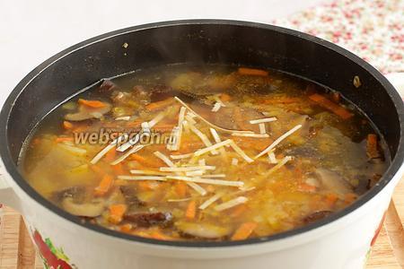 В самом конце варки добавить лапшу и нарезанные оливки. У меня лапша такая, которая варится 1 минуту. Проверить суп на вкус и добавить чего не хватает. Выключить огонь и дать настояться минут 10.