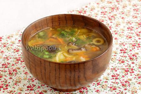 Подавать суп со свежей зеленью.