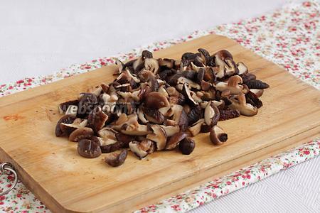 Мягкие грибы достать из воды и нарезать мелкими кусочками. Воду не выливать, а добавить потом в бульон.