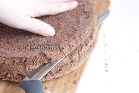 Бисквит я испекла заранее. Вы можете взять и свой любимый рецепт. Итак, разрезаем его на 3 части. Я надрезаю сбоку. Прохожусь по кругу, затем вставлю в надрезы нитку и протягиваю её, как бы пиля бисквит.
