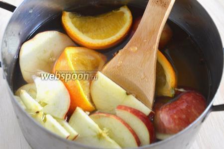 Нарежьте апельсин ломтиками, выдавите из них сок прямо в ковш, затем туда же отправьте и корочки. Доведите смесь до кипения и варите на маленьком огне 15 минут.