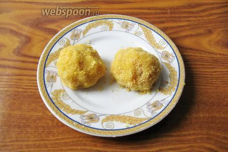 Из полученной массы  мокрыми руками формируем шарики чуть больше грецкого ореха. Обваливаем в панировочных сухарях.