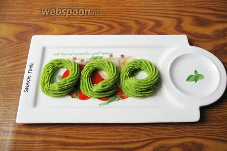 При подаче гороховых биточков с помощью кулинарного мешка с насадкой «звёздочка» отсаживаем зелёное пюре. В середину кладём золотистый шарик из сухого гороха. Украшаем по своему вкусу.
