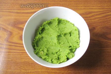 Из вареного зелёного горошка делаем пюре с помощью блендера.