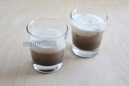 Поверх застывшего шоколадного слоя аккуратно налейте остывшую молочную смесь. Уберите в холодильник до полного застывания.