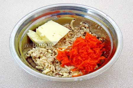 К сырно-селёдочной массе добавить морковь и размягчённое сливочное масло.
