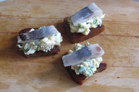 Сверху положить дольку селёдки. Закуска с селёдкой готова. Выложить на красивое блюдо и подавать. Приятного аппетита!