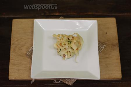 Подымаем краешки и завязываем зелёным пёрышком лука. Блинные мешочки с картофелем, мясным фаршем и болгарским перцем готовы. Подаём к столу. Готовьте с удовольствием и приятного вам аппетита!