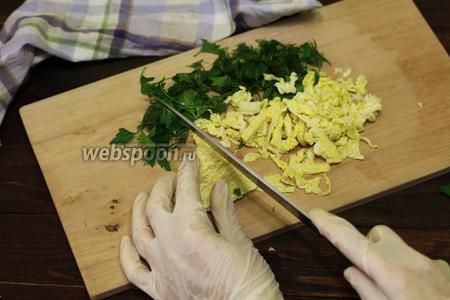 Пока готовится омлет, приготовим салатик. Нарезаем не очень мелко савойскую капусту, петрушку и укроп.