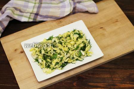 На подаваемое блюдо выкладываем салат.