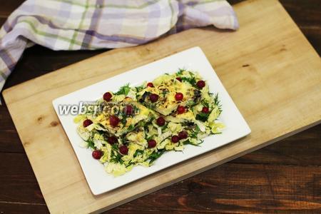 На салат укладываем порционные кусочки омлета. Омлет с грибами, луком-пореем и имбирём на салатной подушке готов. Декорируем красной смородиной. У меня была замороженная. Готовьте с удовольствием и приятного вам аппетита!