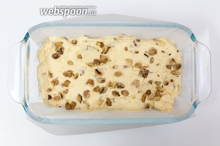 Выкладываем тесто в форму, застеленную пергаментом или смазанную маслом. Вниз выкладываем тесто с какао, поверх него — светлое тесто с орехами и коньяком. Присыпаем орехами. Размер моей формы 19х10 см. Выпекаем в разогретой до 160°C духовке около 1 часа 30 минут. Ориентируйтесь по своей духовке. Проверка на сухую лучину.