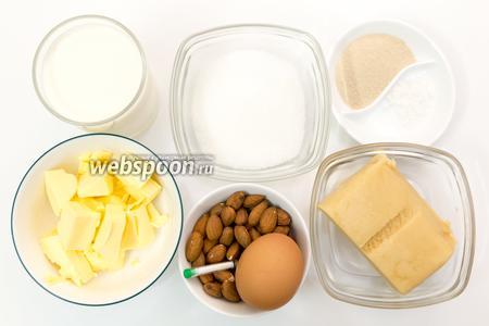 Для приготовления нам понадобится мука, соль, сахар, молоко, масло сливочное, дрожжи, ваниль, марципан, яйцо, миндаль.