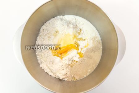 Муку смешаем с солью, сахаром, ванилью и дрожжами. Сливочное масло растопим (я делаю это вместе с молоком в микроволновке). Выливаем масло и молоко в муку. Туда же — яйцо.