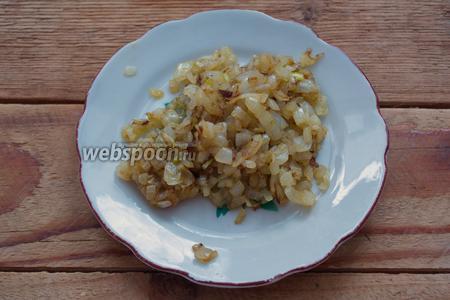 На растительном масле обжарить репчатый лук. Снять со сковороды.