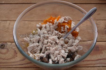 Отварите филе индейки в подсоленной кипящей воде до готовности. Нарежьте его кубиком и добавьте в салатник.