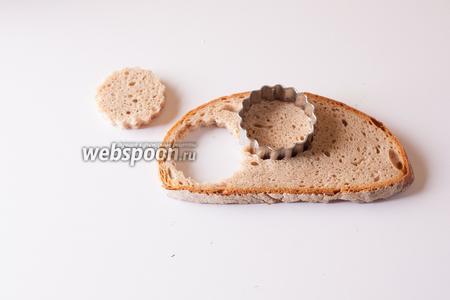 Вырезаем из хлеба основу для канапе.