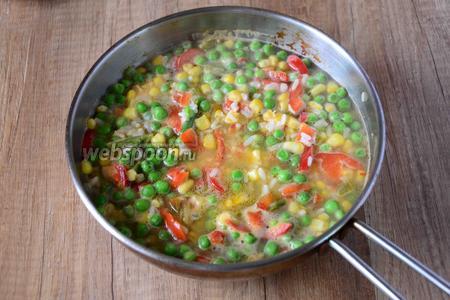 В сковороде разогреваем оливковое масло, выкладываем в сковороду гавайскую смесь. Обжариваем секунд 30, затем заливаем смесь водой (вода должна покрывать гавайскую смесь на 1 палец).