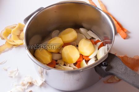 Картошку и чеснок просто почистить, резать не нужно.
