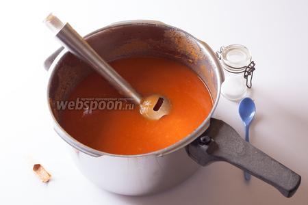 Суп без мяса приправить томатной пастой, солью и сладкой паприкой, а затем пюрировать блендером или комбайном. 15 минут в начале на нарезку овощей, плюс минут 10 в конце — вот и всё время, которое требуется для приготовления этого супа от хозяйки.
