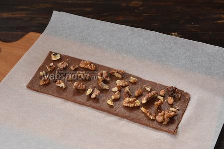 Пласт посыпать крупно порезанными орехами.