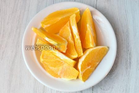Подготавливаем ингредиенты. Апельсин нарезаем полукольцами.