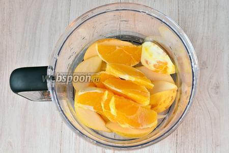 Кладём нарезанный апельсин.