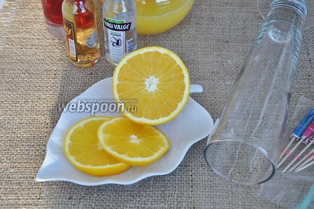 Разрежем апельсин на кольца. Нам потребуется по 1 колечку для каждого бокала.