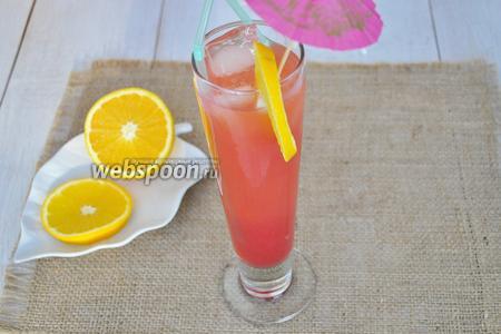 Добавим апельсиновый и клюквенный сок. Украсим долькой апельсина. Вставим трубочки и зонтик. Подавать немедленно.