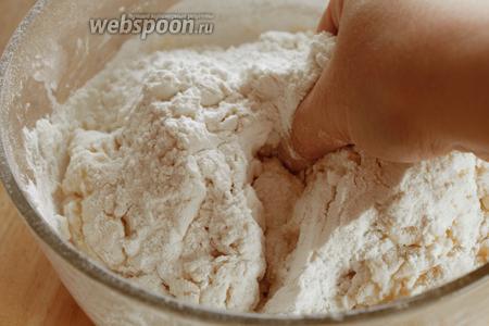 Постепенно добавляя муку, замесить мягкое, но не липнущее к рукам тесто.