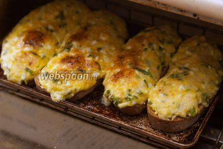 А теперь ставим бутерброды в духовку. Я использовал маленькую электродуховку-тостерницу на 4 кусочка хлеба. 5-7 минут и они начинают покрываться золотистой корочкой, а по кухне распространяется потрясающий сырно-чесночный аромат.