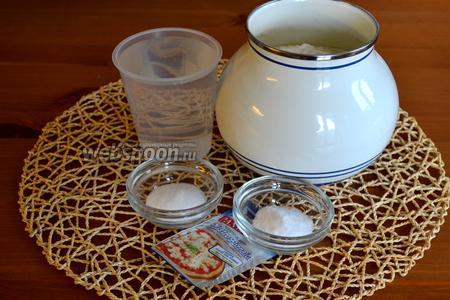 Ингредиенты для приготовления таких булочек: мука, вода, дрожжи, соль и сахар.