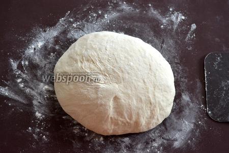 Готовое тесто поставить на 1 час на подъём в тихом месте.