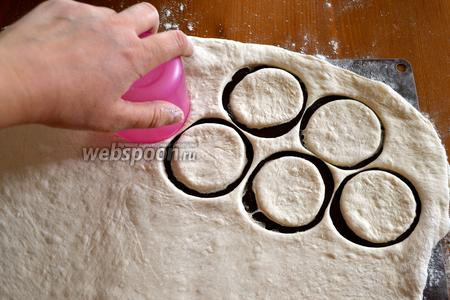 Вырезать с помощью стакана кружки. Обрезки теста снова раскатать и опять вырезать кружки.