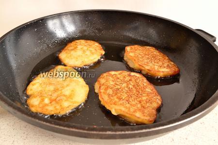 Хорошо разогреть сковороду с маслом, выпекать банановые оладьи, как обычные оладьи, до румяности с двух сторон. Огонь при выпекании должен быть умеренным.