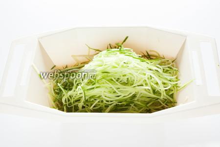 Трём его на тёрке для корейской морковки вдоль кусков, а не поперёк, чтобы получить длинную «лапшу». Любая другая нарезка не влияет на вкус салата, но делает его структуру менее «заплетающейся», в готовом виде смотрится не так интересно.
