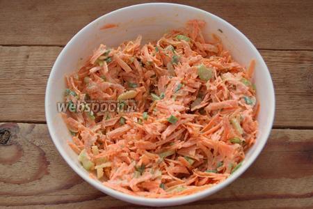 Заправьте салат соусом и перемешайте. Готово.