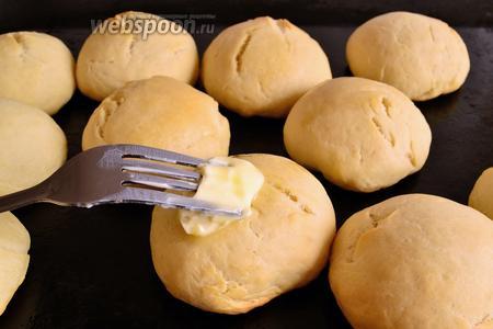 Готовые горячие булочки смазать сливочным маслом.
