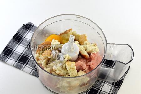 Добавить к филе батон вместе с молоком, яйцо, соль, перец, мускатный орех, пропущенный через чесночницу зубчик чеснока. Измельчить до однородной массы.