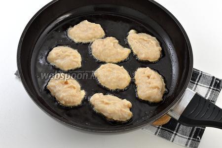 На горячую сковороду с подсолнечным маслом с помощью столовой ложки выкладывать оладьи. Обжаривать на слабом огне с обеих сторон до золотистого цвета.