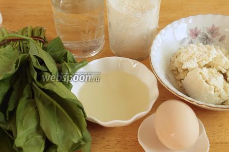 Для приготовления пирога нужно взять шпинат, масло растительное и сливочное, яйцо, творог или сыр, воду, муку и соль.