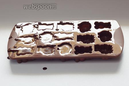 Я разливала шоколад в несколько разных форм, тут я покажу изготовление конфет в форме зверушек.
