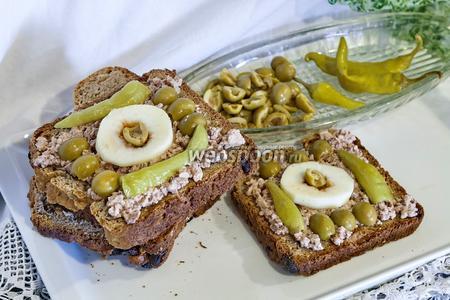 Бутерброд из цельнозернового хлеба с яблоками и печенью трески