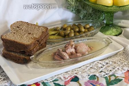 Соберём для бутерброда на  цельнозерновом хлебе с яблоками  все запланированные продукты. Аромат яблок из хлеба усилим свежим яблоком. Печень трески утратит избыточную жирность, впитавшись в достаточно грубую текстуру хлеба из молотой пшеницы. Зелёные оливки придадут нужную кислинку, а креветки из их начинки подчеркнут морское происхождение центрального продукта нашего бутерброда — печени трески. Откроем упаковки (банки, пакеты), чтобы достать тресковую печень, оливки и пепперони.