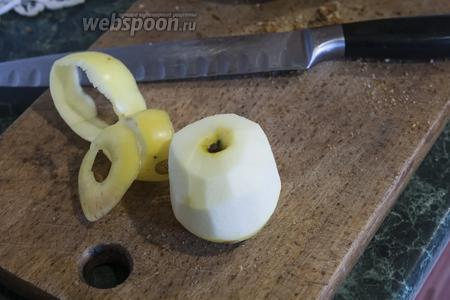 С яблока снимаем кожуру.