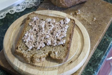 Наносим на собираемый бутерброд слой полученного разминанием спреда из печени трески и растительного масла.
